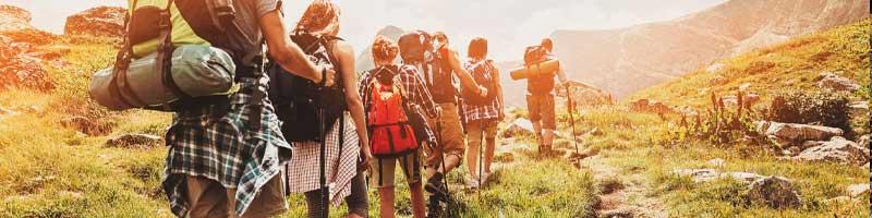 amigos fazendo trekking