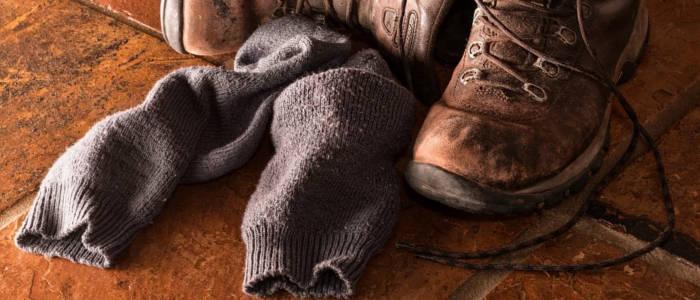 bota com meias cinzas sujas