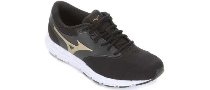 tênis na cor preta e dourada