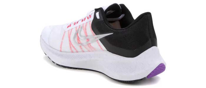 Visão da parte traseira do tênis Nike winflo 8